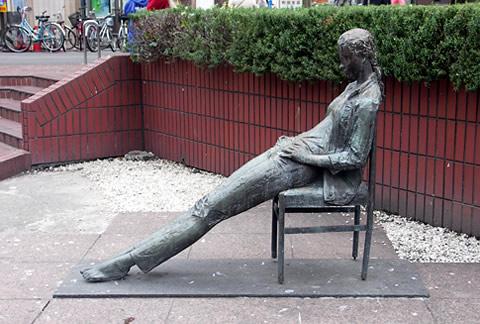 どうやら椅子の座り方で寿命が変わるようです!検証データに基づいているからちゃんと読んでおいた方が良いと思いますよ!